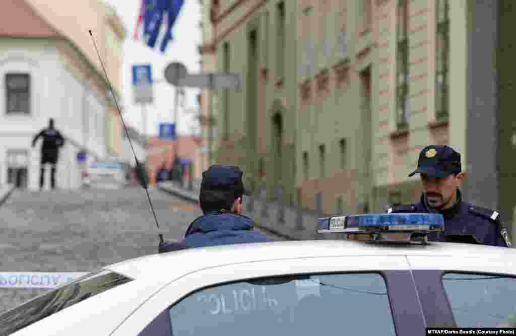 Rendőrök a lezárt Szent Márk tér környéki utcákban, Zágrábban.
