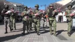 """Balaklava ve çiçek ile: """"yeşil adamçıqlar"""" kene Aqmescit soqaqlarında (video)"""