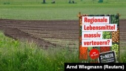 Az élelmiszerek drágulásával fenyegető és a népszavazásra bocsátott javaslatok elutasítására buzdító poszter Ellikon an der Thur közelében, 2021. május 27-én.