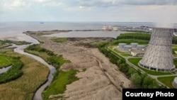 """Свалка строительного мусора на берегу залива. Фото: группа """"Защитим Жемчужный берег"""""""
