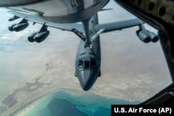 """Американский стратегический бомбардировщик-ракетоносец B-52 """"Суперкрепость"""" заправляется в воздухе с помощью авиазаправщика КС-135 """"Стратотанкер"""" в небе над Персидским заливом. 30 декабря 2020 года"""