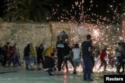 Столкновения арабов с израильской полицией на Храмовой горе около мечети Аль-Акса, третьей по значимости святыни ислама. Несмотря на то что Старый город, где расположена Храмовая гора, является частью израильского Иерусалима, по договору 1994 года между Израилем и Иорданией мечеть и все мусульманские святыни в Иерусалиме находятся на попечении и под надзором Иорданского королевства