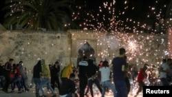 Израильская полиция применила светошумовые гранаты во время стычек с протестующими палестинцами. 7 мая 2021 года.