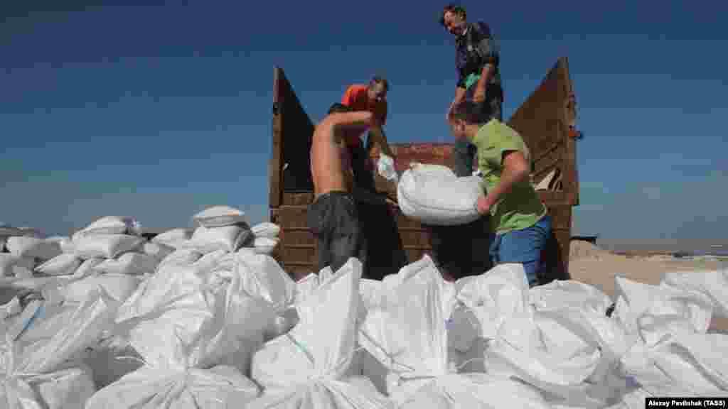Ежегодно на сборе урожая соли трудятся около 30 человек