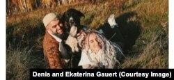 Денис Гауэрт с женой Екатериной и собакой Кумбой