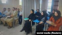 Studentët në Universitetin Avicenna në Kabul ndjekin ligjeratat sipas rregullave të reja të vendosura nga talibanët