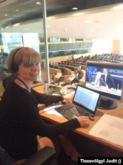 Tiszavölgyi Judit, az Európai Parlamentben akkreditált tolmács, aki angol, német és holland nyelven is fordít. Szerinte kelet-európai összevetésben és a latin nyelvek beszélőihez képest a magyar politikusok angoltudása nem rossz.