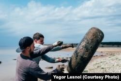 Волонтеры собирают шины с побережья Иркутского водохранилища