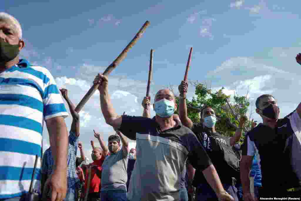 Однако пока на 11-миллионной Кубе не наблюдается таких уж массовых манифестаций коммунистов, верных режиму