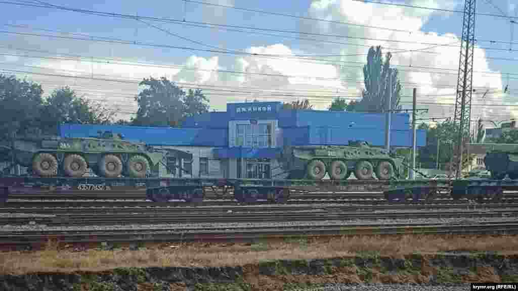 Эшелон тяжелой военной техники на железнодорожном вокзале в Джанкое, 29 сентября 2021 года