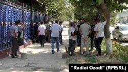 Таджикские дальнобойщики у здания Госслужбы по надзору и регулированию в области транспорта Минтранса Таджикистана