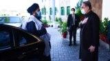 شاه محمود قريشي د پاکستان بهرنيو چارو وزارت په دفتر کې د ملا بردار په مشرۍ د افغان طالبانو د ډلې هرکلی کوي - انځور له ارشیفه