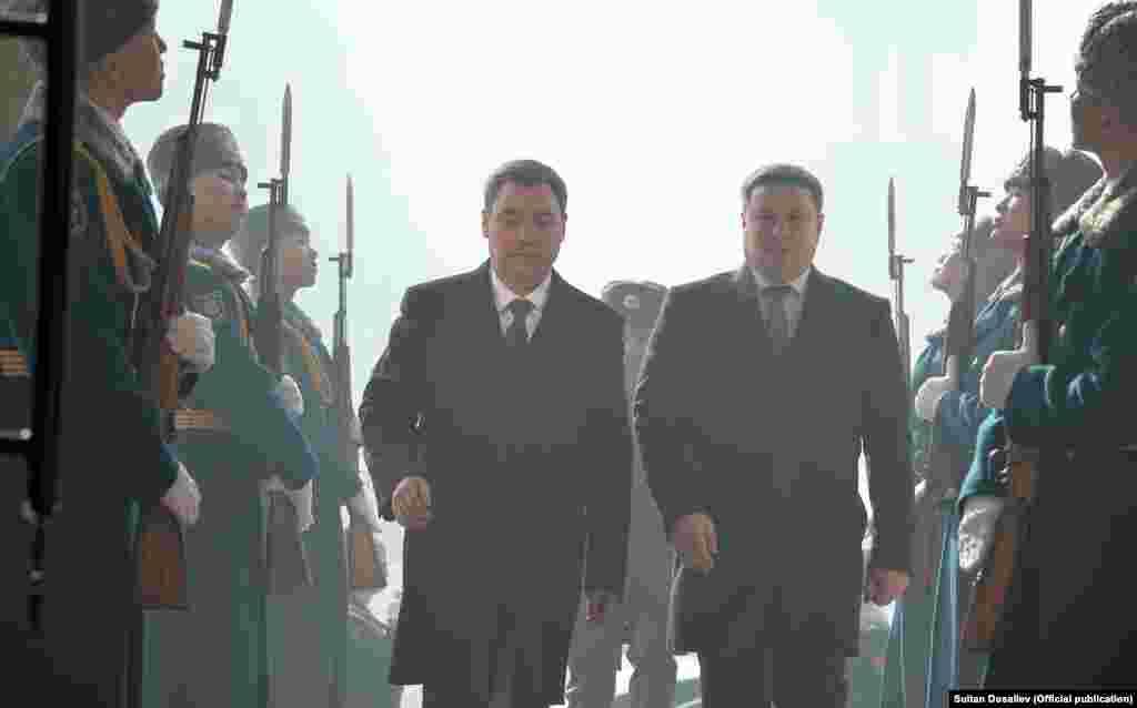 Садыр Жапаров президенттин милдетин аткарып жаткан спикер Талант Мамытов менен бирге Өкмөт үйүн көздөй бара жатышат.