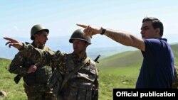 Օմբուդսմեն Արման Թաթոյանը զրուցում է սահմանին ծառայող զինվորների հետ, արխիվ