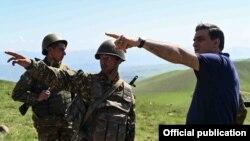 Հայաստան - Մարդու իրավունքների պաշտպան Արման Թաթոյանը Սյունիքի մարզում զրուցում է զինվորների հետ, մայիս, 2021թ.