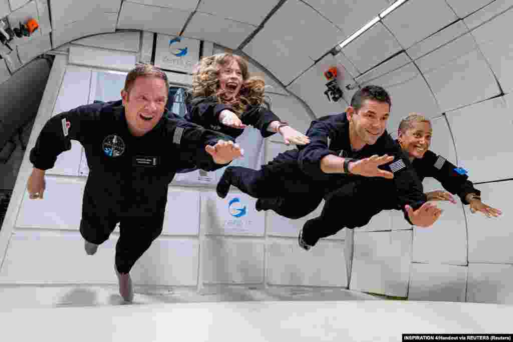 A négy civil utas – Chris Sembroski, Sian Proctor, Jared Isaacman és Hayley Arceneaux – élvezi a súlytalanságot a Dragon nevű űrkapszulában