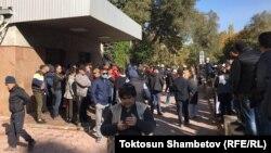 Митингующие у здания правительства КР, 6 октября 2020 г.