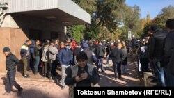 Собравшиеся у здания правительства в Бишкеке. 7 октября 2020 года.