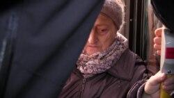 Актори в транспорті Києва перетворяться на свідків Голодомора: перфоманс «Ті, що блукають» – відео