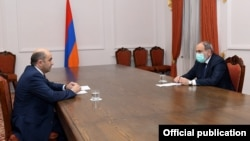 Armenian Prime Minister Nikol Pashinian (right) met with Edmon Marukian, the leader of the Bright Armenia opposition faction on March 4. (file photo)