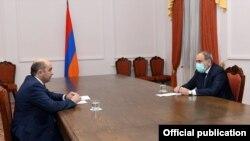 """Премьер-министр Никол Пашинян жана """"Жаркыраган Армения"""" фракциясынын лидери Эдмон Марукян. 2021-жылдын 4-марты."""