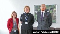 Šef Misije OSCE-a u Bosni i Hercegovini, ambasadorica Kathleen Kavalec (L), sutkinja Joanna Korner iz Velike Britanije i britanski ambasador u Bosni i Hercegovini, Matt Field; Sarajevo, 29. januara 2020. godine