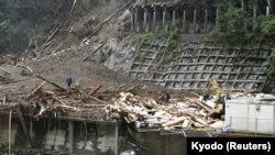 """""""Хайшен"""" тайфунунан улам жүргөн жер көчкүдөн төрт киши дайынсыз жоголгон. Миязаки префектурасы, Жапония. 7-сентябрь, 2020-жыл."""