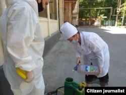 Холисхон Джалолова проводит дезинфекцию в населенном пункте без специального защитного костюма. Ташкент, июль 2020 года.