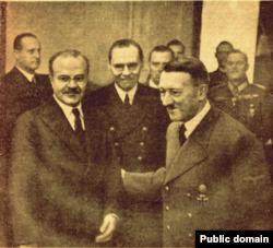 В'ячеслав Молотов (ліворуч) та Адольф Гітлер під час переговорів в імперській канцелярії Третього рейху. Листопад 1940 року. (Фото з радянської газети «Правда»)