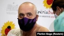 Албанскиот премиер Еди Рама ја прими вакцината против ковид-19.