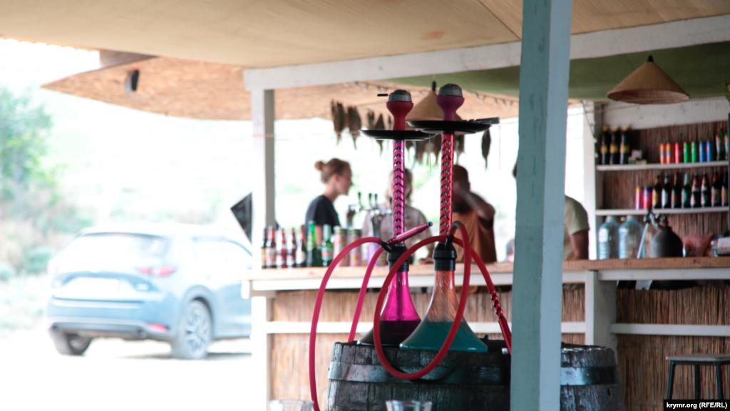 Місцеві кафе борються за поки що нечисленних відвідувачів. Стакан пива тут обійдеться в 100 рублів (37 гривень), а борщ чи локшина – в 250 рублів (92 гривні). За словами відпочивальників, готують тут смачно, а їжу подають не в одноразовому посуді, а в гарних порцелянових тарілках