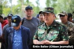 Kamchybek Tashiev, kepala Komite Negara untuk Keamanan Nasional Kyrgyzstan, di perbatasan Kyrgyz-Tajik pada 2 Mei