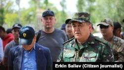 Камчыбек Ташиев, глава ГКНБ Кыргызстана, на кыргызско-таджикской границе. 2 мая 2021 года.
