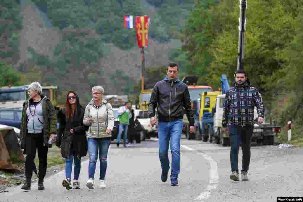 Этнические сербы проходят через баррикады около контрольно-пропускного пункта«Ярина», 28 сентября. 27 сентября премьер-министр Косово Альбин Курти повторил предложение обеим странам отменить правило временных номерных знаков. Он также заявил, что открыт для переговоров в Брюсселе, но Белград отказывается их проводить