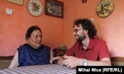 Bogdan Micu împreună cu bunica sa, Ileana Micu, în apartamentul acesteia din Brașov.