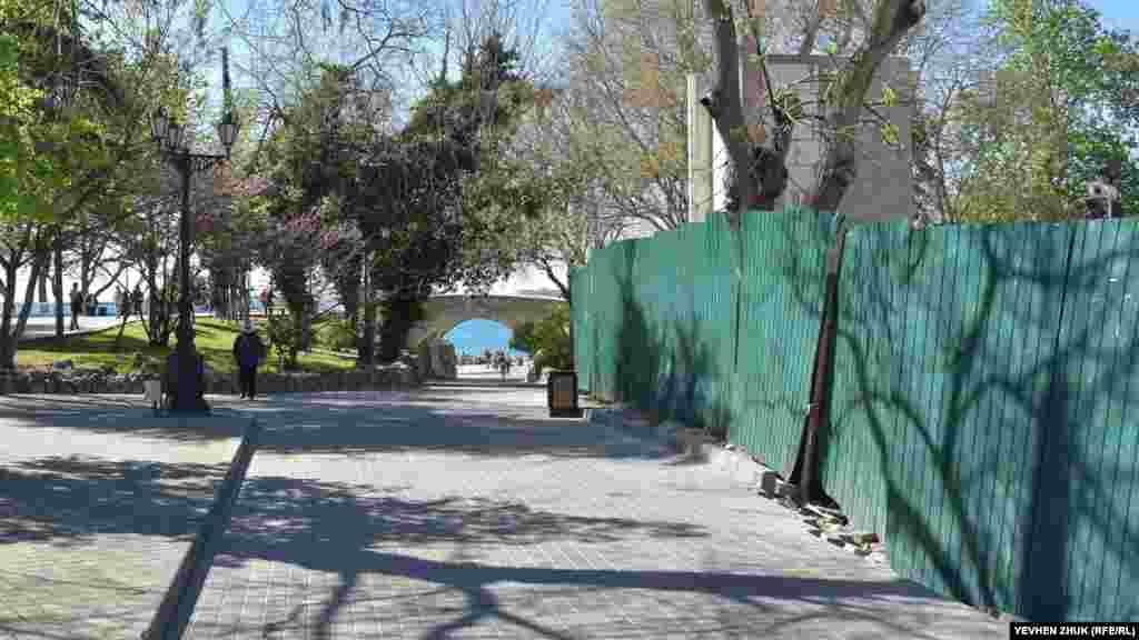 Сцена «Ракушка» на Приморском бульваре отгорожена строительным забором. Ее реконструкция была сорвана в прошлом году, новый подрядчик пока не определен