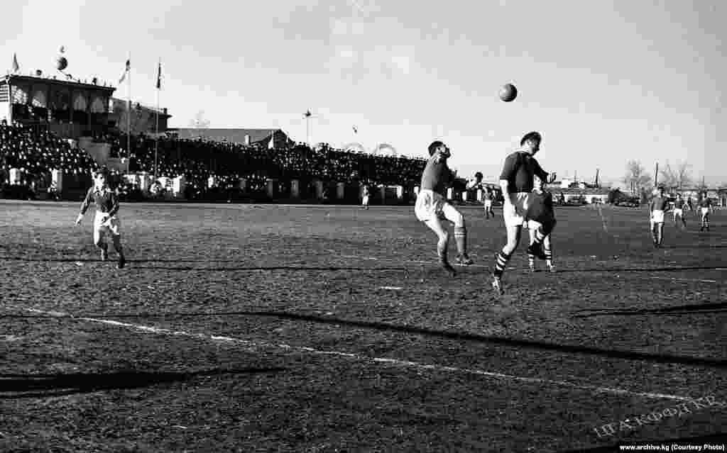 Кыргыз ССРнин футбол боюнча курама командасы жана Финляндия курама командасынын беттеши Фрунзедеги Спартак стадионунда өткөн. Сүрөт 1957-жылы тартылган.