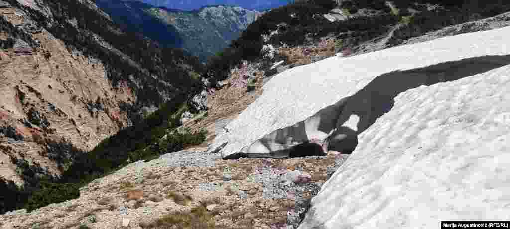 Visoke ljetne temperature nisu istopile snijeg na Čvrsnici.
