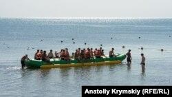 Відпочивальники на пляжі в Евпаторії, 2020 рік