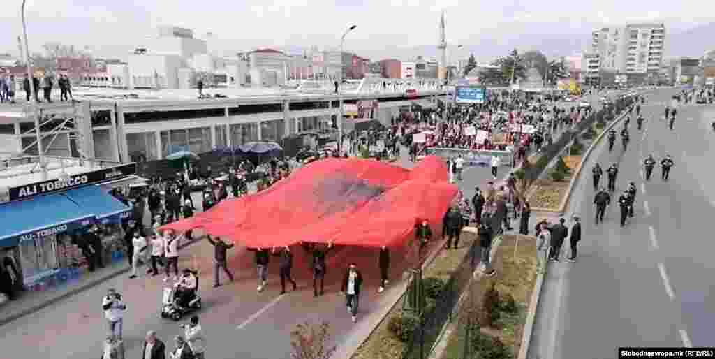 МАКЕДОНИЈА - Со транспаренти, албански знамиња и барања за оставки од првите луѓе на Јавното обвинителство, неколку стотини граѓани, роднини и поддржувачи на осудените во случајот Монструм денеска го почнаа протестот против пресудите изречени во овој судски предмет.
