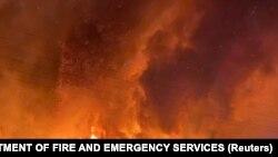 Egy bozóttűz lángjai és füstje Ginginben, Nyugat-Ausztráliában.