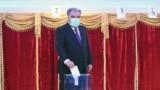 Тәжікстан президенті Эмомали Рахмон президент сайлауына дауыс беріп тұр. Душанбе, 11 қазан 2020 жыл. Сайлаудың алдын ала ресми қорытындысы бойынша ол 90 пайыздан көп дауыс алған.
