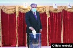 Emomalii Rahmon tádzsik elnök leadja szavazatát 2020. október 11-én.