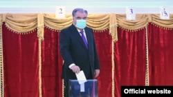 Президент Таджикистана Эмомали Рахмон проголосовал на избирательном участке, открытом в лицее №3. 11 октября 2020
