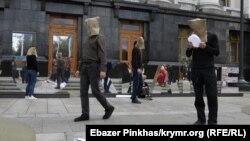 Kyivde prezident Ofis ögünde Kremlniñ siyasiy mabüslerine bağışlanğan aktsiya. 2021 senesi avgutnıñ 28