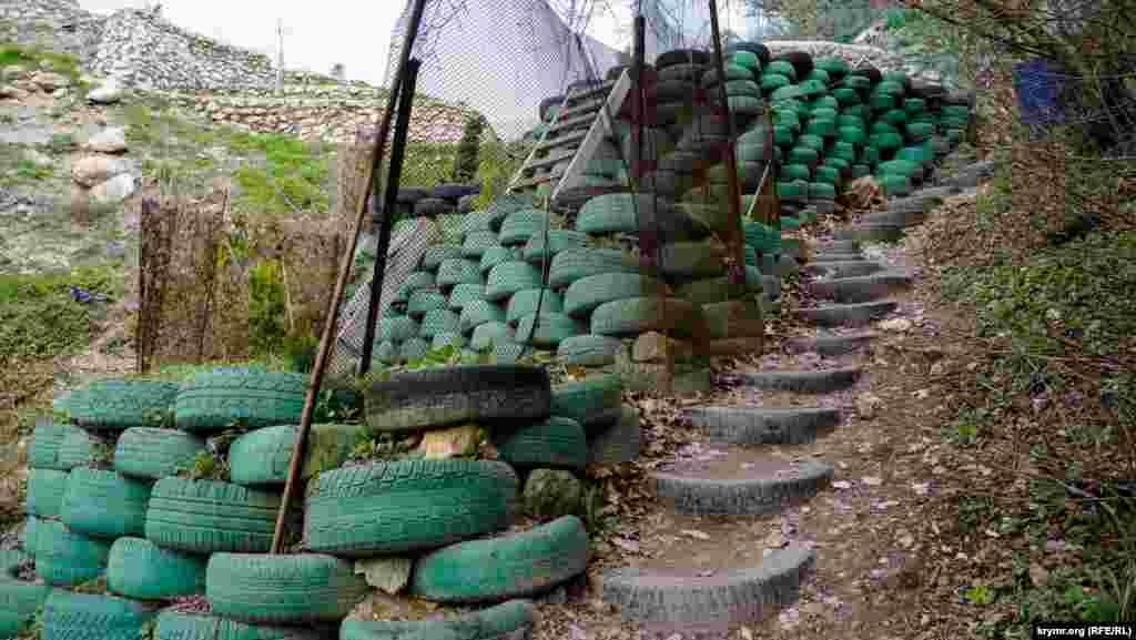 «Тропа грешников», как ее называют сами здешние монахи, длиной 150 метров и сам горный склон укреплены старыми автомобильными покрышками
