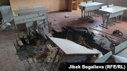 Один из кабинетов школы в селе Максат после вооруженного конфликта на границе.