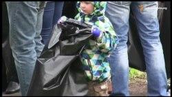 Переселенці зі Сходу прибрали сміття у київському парку