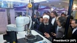 Президент Ирана Хасан Рухани слушает объяснения новых ядерных достижений на церемонии, посвященной «Национальному дню ядерной энергии», в Тегеране, 9 апреля 2018 г.
