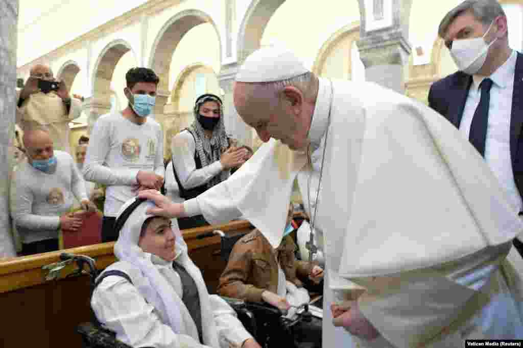 Egy misére érkezik Ferenc pápa a Karakos közösséghez a Szeplőtelen Fogantatás-templomba.